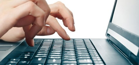 Hands-above-computer-keyboard_pan_14505