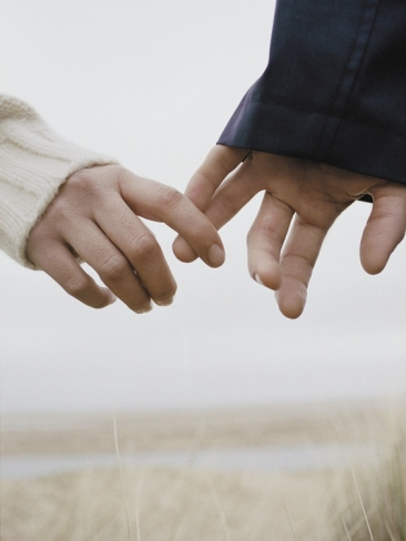 couple-holding-hands_i-g-13-1342-4yhs000z