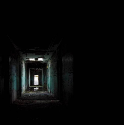 Dark-place-black-corridor-31000e