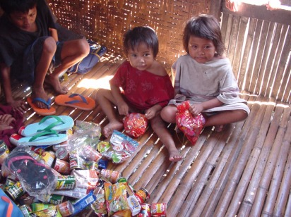 Food-and-Christmas-gifts-for-these-little-kids.