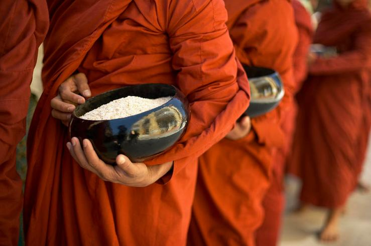 monks-with-rice-bowls-inle-lake-huy-lam